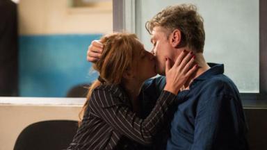 Eliza e Arthur se beijando em Totalmente Demais