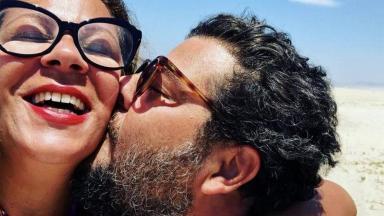 Sérgio Stamile dando beijo em Carla Daniel