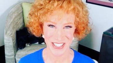 Kathy Griffin sorridente, fazendo selfie