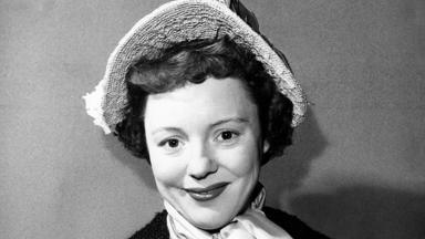 Foto antiga de Patricia Hitchcock, posada em bastidor de filme
