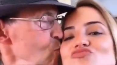 Gabi Martins sendo beijada pelo avô