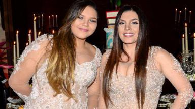 Aysha e Simony posada em festa