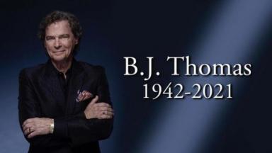 Foto com a imagem de B.J Thomas e informações sobre ano de nascimento e morte