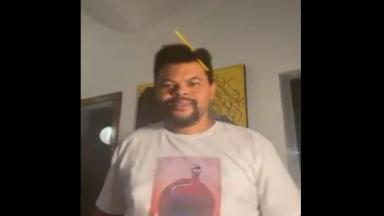 Babu está na sala da sua casa em gravação de vídeo