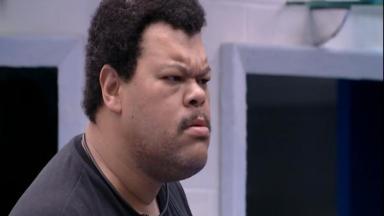 O ator não gostou de ser acordado antes da hora no reality show