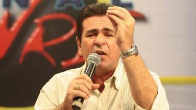 Wallace Souza com um microfone na mão