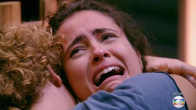 Hana chorando abraçada a Alan