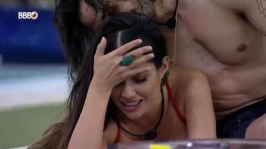 Fiuk está com o rosto no topo da cabeça de Juliette enquanto a sister está com a mão na testa