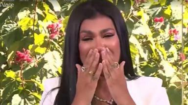 Pocah chorado com as mãos sob a boca em entrevista à Ana Maria Braga