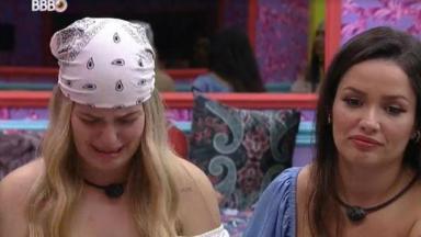 Viih Tube de bandana chorando ao lado de Juliette no quarto do BBB21