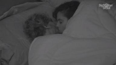 Hana e Alan se beijando