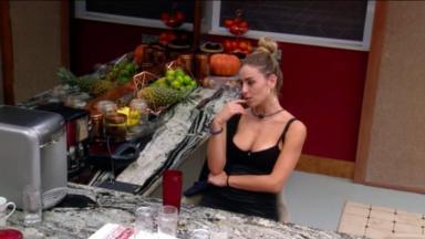 Paula sentada pensativa
