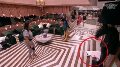 Pedaço do teto no chão da sala