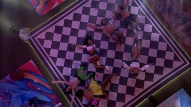Participantes deitados no chão da festa do BBB21