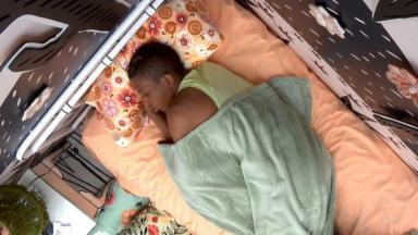 Lucas Penteado dormindo no quarto cordel do BBB21