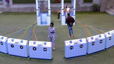 Karol Conká, Juliette e Arcrebiano fazendo prova na área externa do BBB21