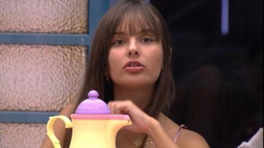 Thaís Braz sentada na cozinha da Xepa do BBB21