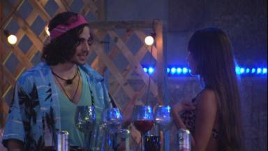 Fiuk e Thaís conversando durante festa no BBB21