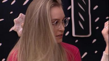 Carla Diaz sentada no quarto cordel do BBB21