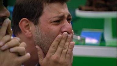 Caio chorando durante almoço do anjo no BBB21