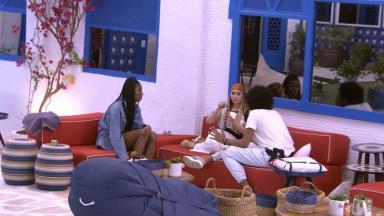 Carla Diaz, Camilla de Lucas e João Luiz conversando na área externa do BBB21