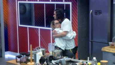 Carla Diaz e Fiuk se abraçando na cozinha do BBB21