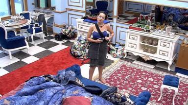 Juliette conversando no quarto do líder do BBB21