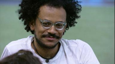 João Luiz rindo durante conversa na área externa