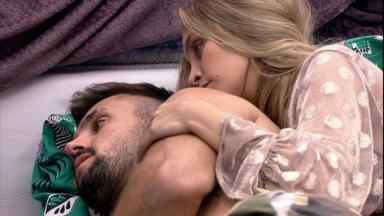 Carla Diz abraçada com Arthur no quarto cordel