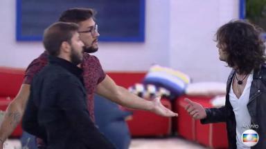 Arthur é acalmado por Caio durante confusão com Fiuk no jogo da discórdia do BBB21