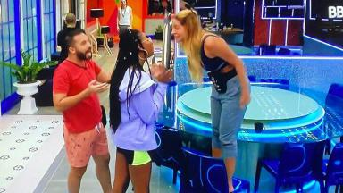 Kerline ameaça Camilla de cima de uma cadeira na brincadeira