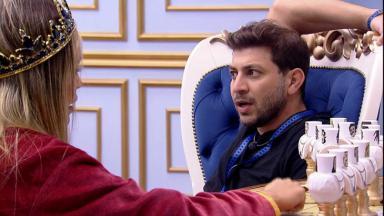 No quarto do líder, Caio conversa com Sarah