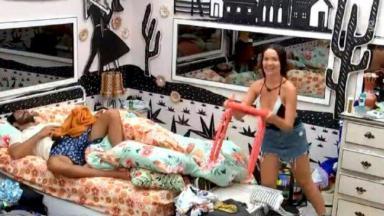 Juliette busca baquinho e mostra no quarto Cordel