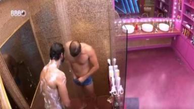 Caio mostra parte íntima durante banho no BBB21