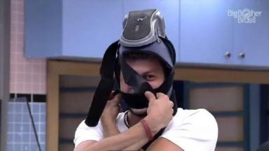 Caio está com a bota ortopédica enrolada na cabeça na cozinha do BBB21