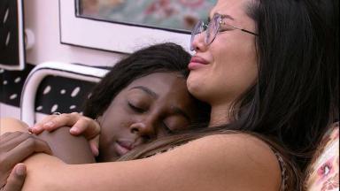 Camilla de Lucas e Juliette se abraçam no quarto cordel do BBB21