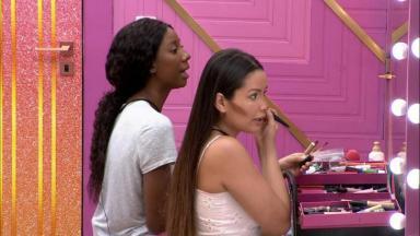Camilla de Lucas e Juliette se maquiam no camarim do BBB21