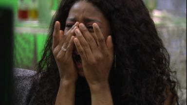 Camilla de Lucas chorando com as mãos no rosto no almoço do anjo do BBB21
