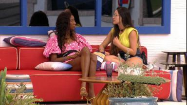 Camilla de Lucas está sentada na varanda ao lado de Juliette no BBB21