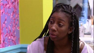 Camilla conversando no quarto