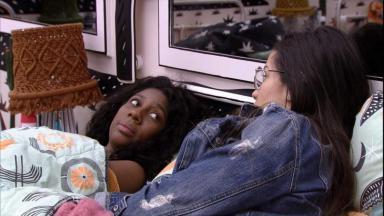 Camilla de Lucas e Juliette estão deitadas na cama do quarto cordel do BBB21 conversando