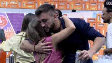 Carla Diaz e Arthur se abraçando no BBB21