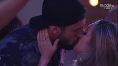 Carla Diaz e Arthur se beijam durante festa do BBB21
