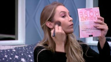 Carla Diaz se maquiando