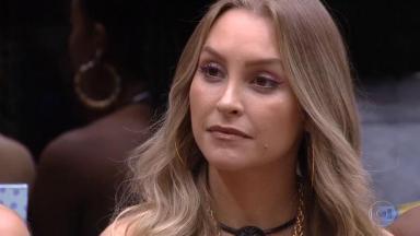Carla Diaz sentada durante eliminação do BBB21