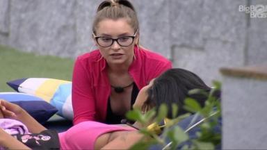Na área externa, Carla conversa com Pocah
