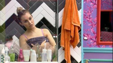Carla Diaz tomando banho no quarto colorido do BBB21