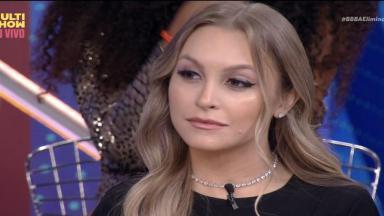 Carla Diaz sentada durante programa