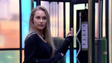 Na academia, Carla fala sobre Arthur