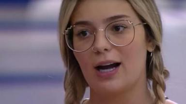 Viih Tube de traças e óculos no rosto falando no BBB21